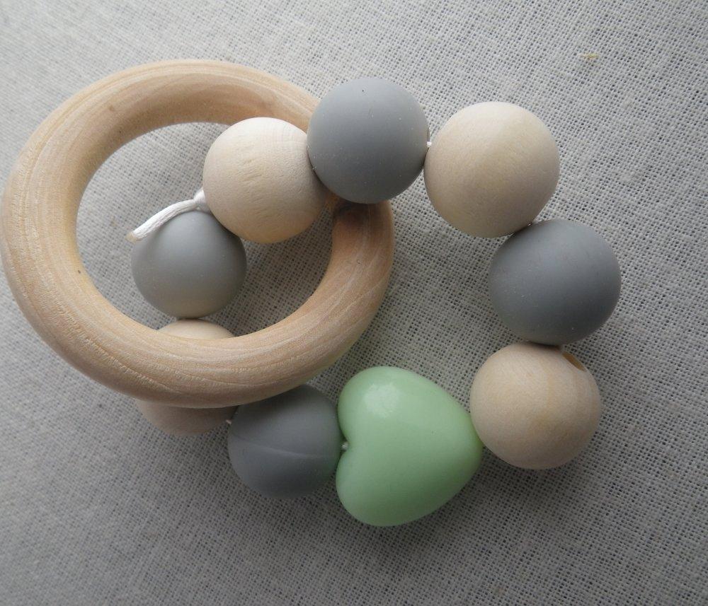 Hochet de dentition gris et coeur vert inspiration Montessori