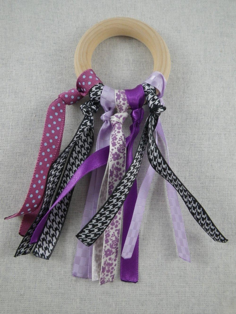 Hochet de dentition rubans violets et noirs inspiration Montessori