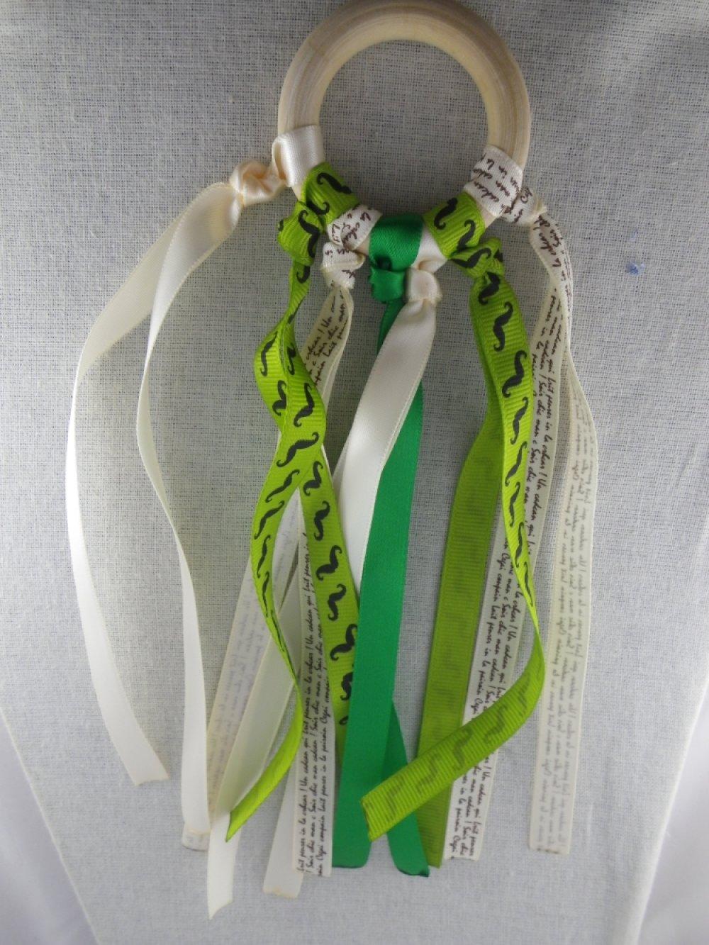 Hochet de dentition rubans verts et beiges inspiration Montessori