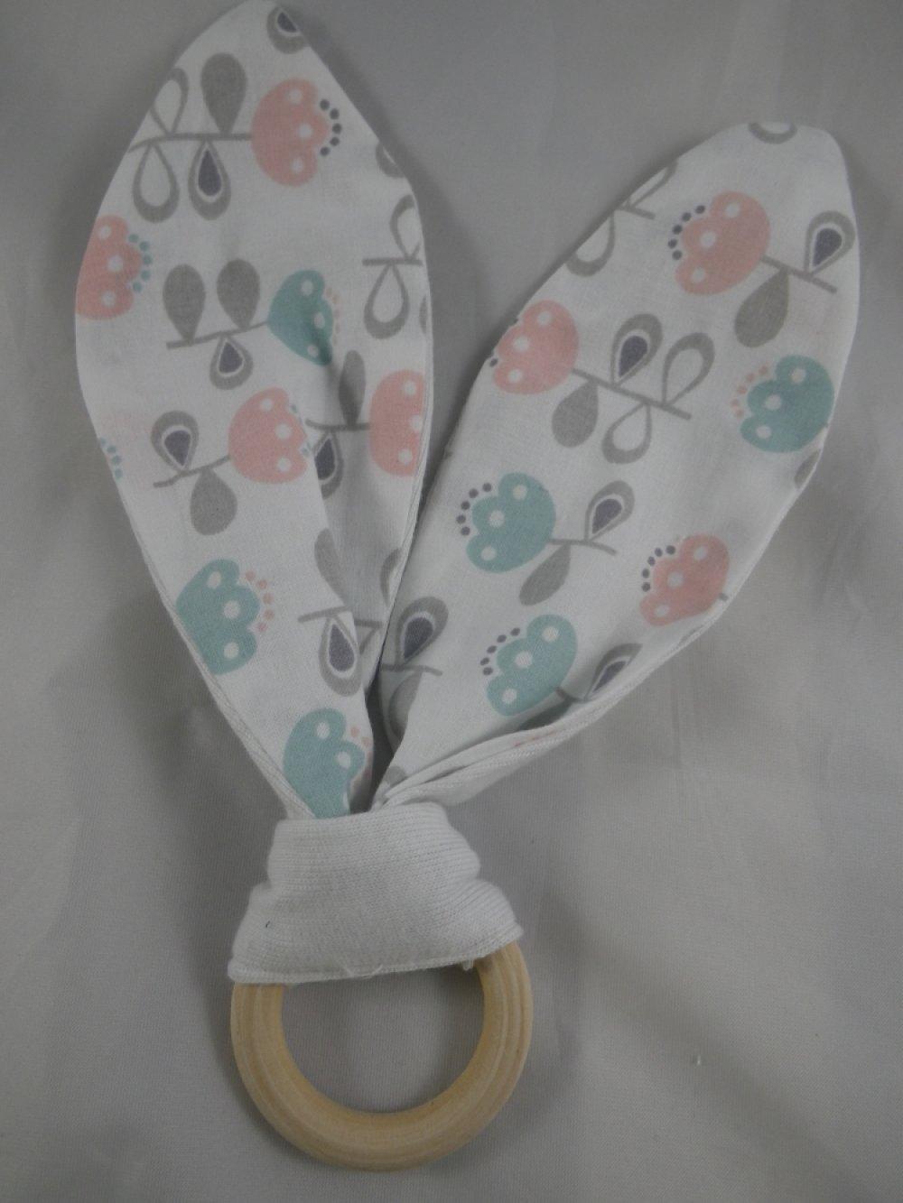 Hochet de dentition fleurs bleues, roses et grises oreilles inspiration Montessori