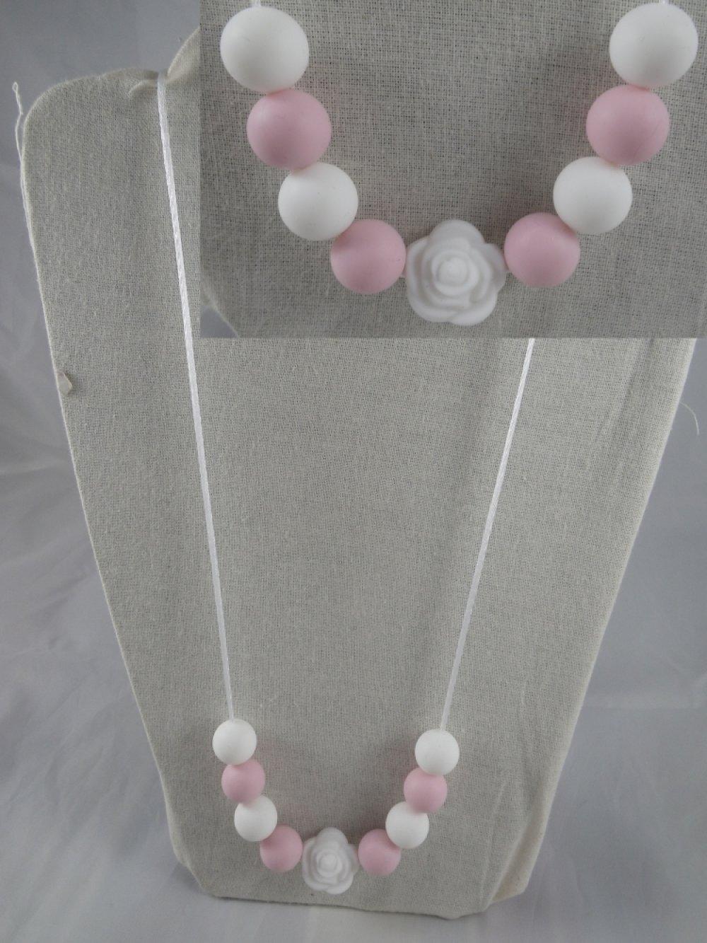 Collier de portage / allaitement blanc et rose poudré