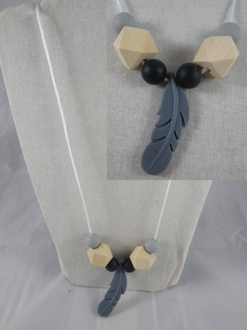 Collier de portage / allaitement gris et noir plume