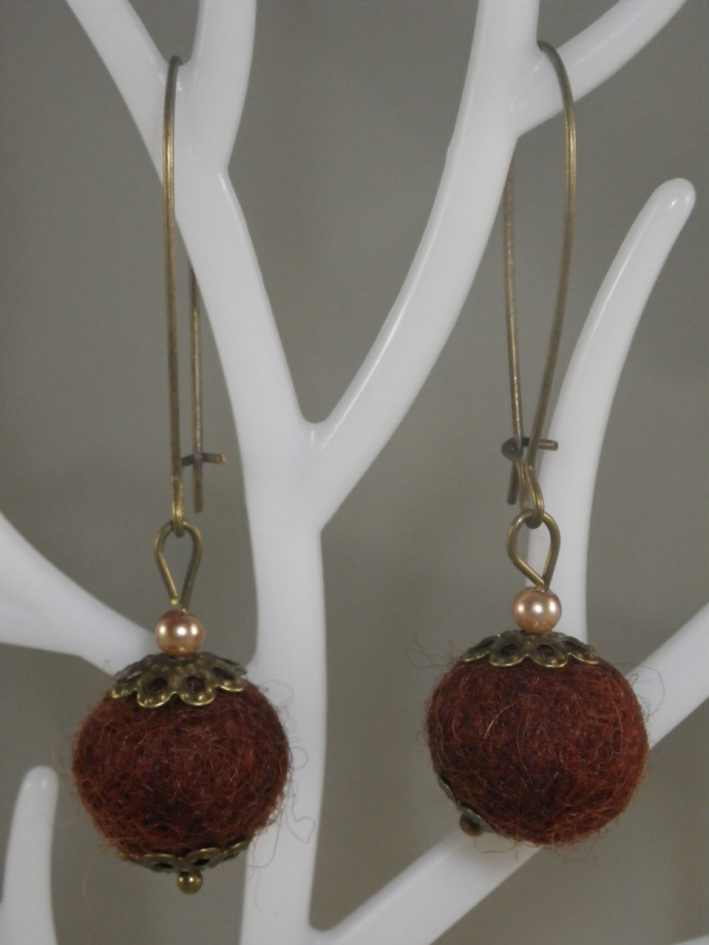 Boucles d'oreilles bronze et bleu marine et breloque plume