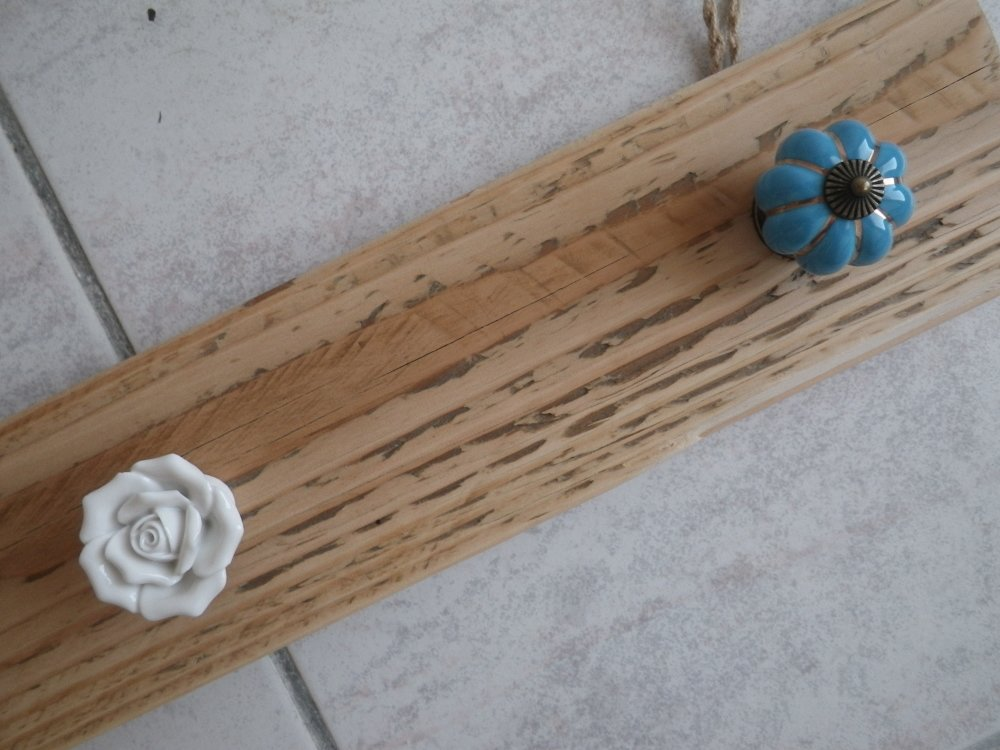 Support / porte manteau bois brut, blanc et bleu