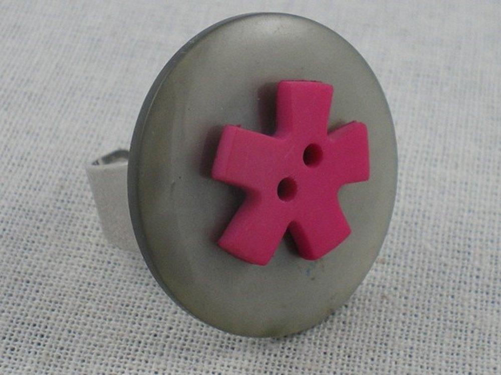 Bague grise et bouton rose
