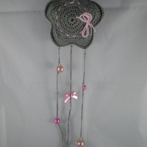 Suspension étoile grise et rose au crochet