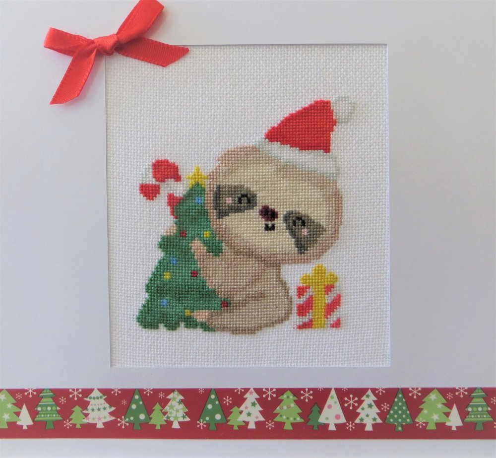 Carte de noël brodée point de croix : Paresseux de noël avec sapin et cadeau - Noël - Voeux