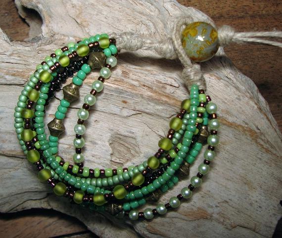 """Bracelet """" Tzigane""""  en lin et  7 rangées de rocailles et perles de verre dans les tons de vert"""