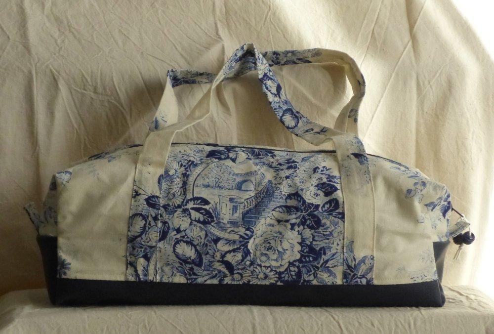 sac polochon toile de Jouy écrue motif floral bleu simili cuir bleu