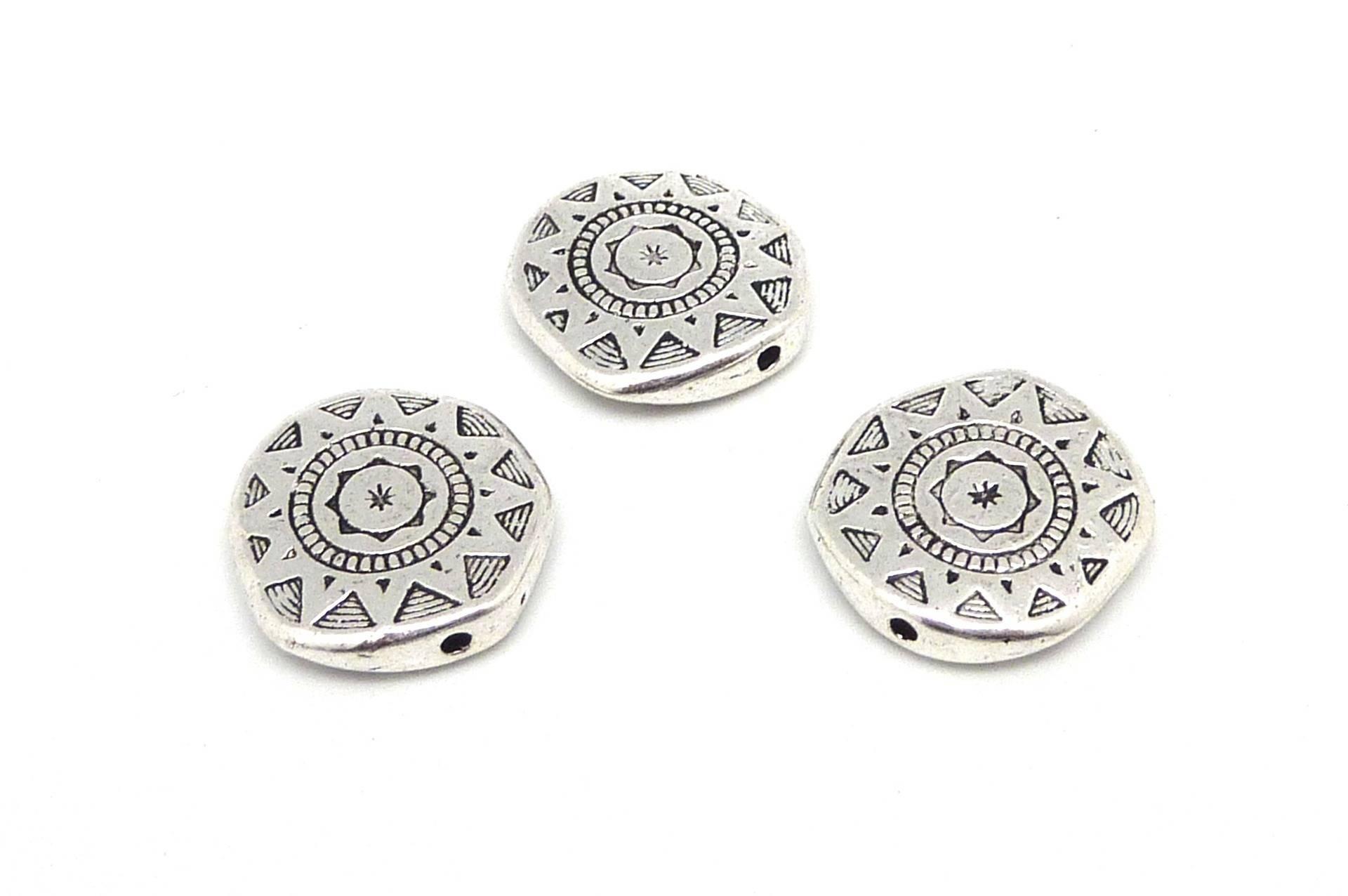 3 Perles plates, pastille travaillé style ethnique motif soleil étoilé 17mm en métal argenté gravé