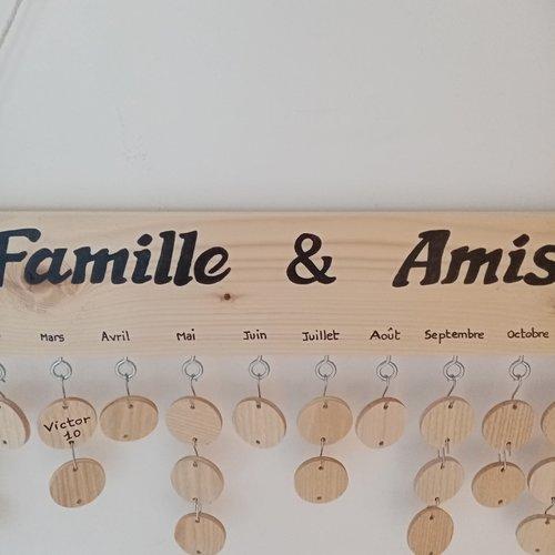 Calendrier d'anniversaires en bois, famille et amis , 30 pastilles pour prénoms à compléter .