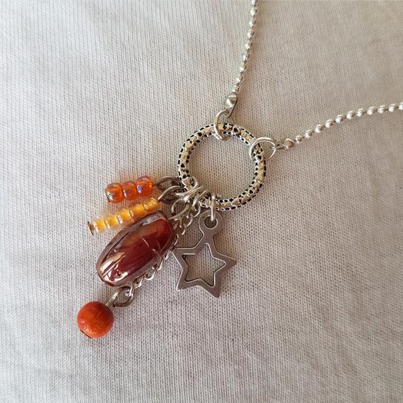 Collier pendentif à breloques - orange