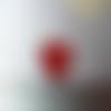 Une perle coeur avec fleur gravée rouge, 17x16 mm