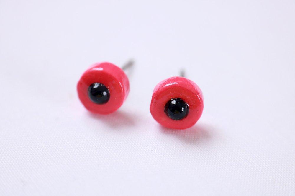 Mini puces d'oreilles en bois vernis rose (bois de cocotier, sequin noir, petites, minimaliste, artisanal, coloré
