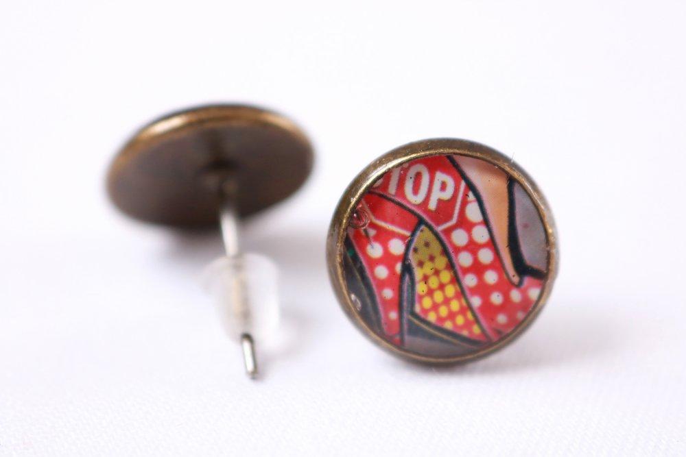 """Puces d'oreille dépareillées en résine """"Alice lapin et escarpin"""" (image, laiton couleur bronze, artisanal)"""