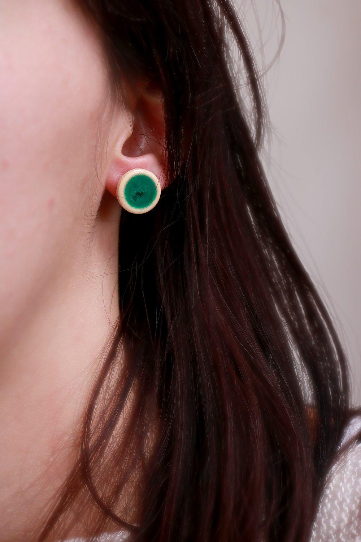 Puces d'oreilles bouton en bois clair avec résine verte (inclusion, bois brute, laiton bronze, petite boucle d'oreille, idée cadeau)