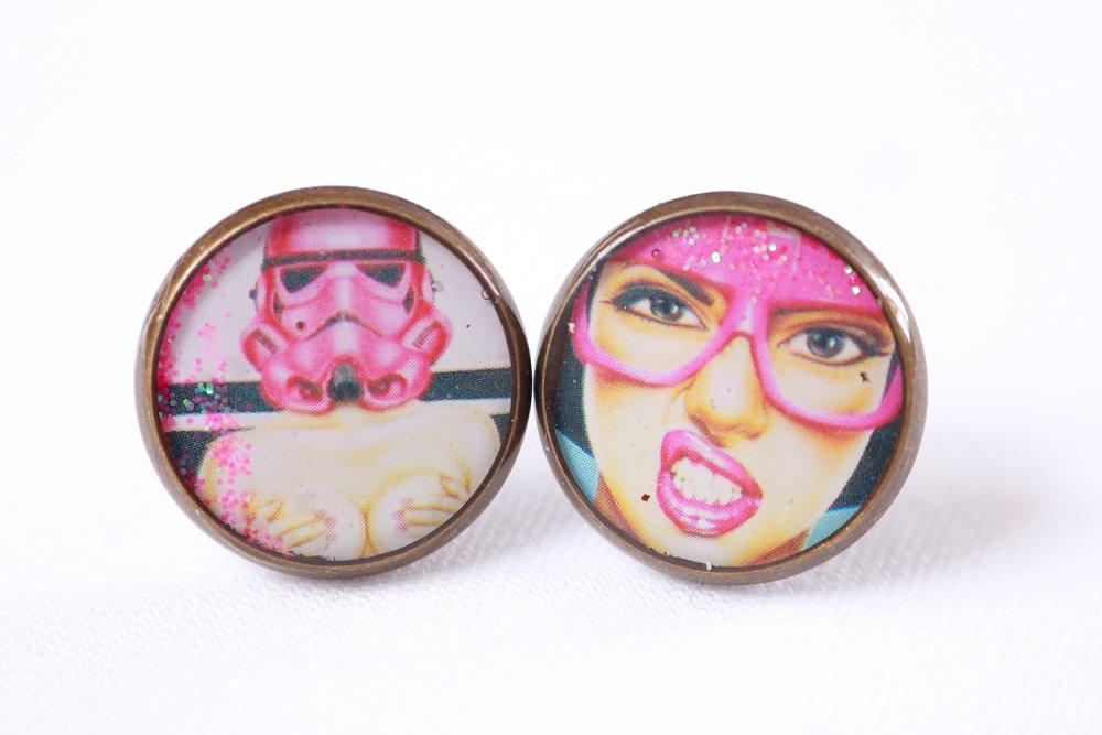 """Puces d'oreille dépareillées en résine """"stormtrooper"""" (13mm, image, laiton, artisanal, idée cadeau pour femme et fil"""