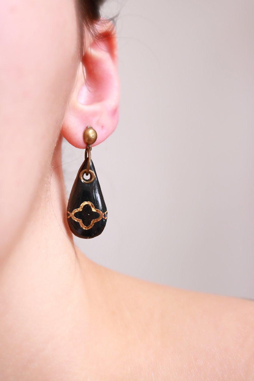 Boucles d'oreilles ethniques noires et or (modèle goutte et motif en croix).