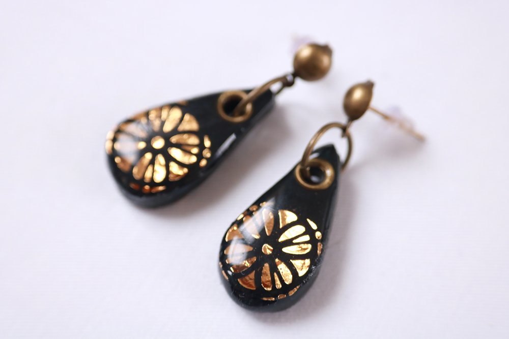 Boucles d'oreilles ethniques noires et or (modèle goutte et motif fleur rosace).