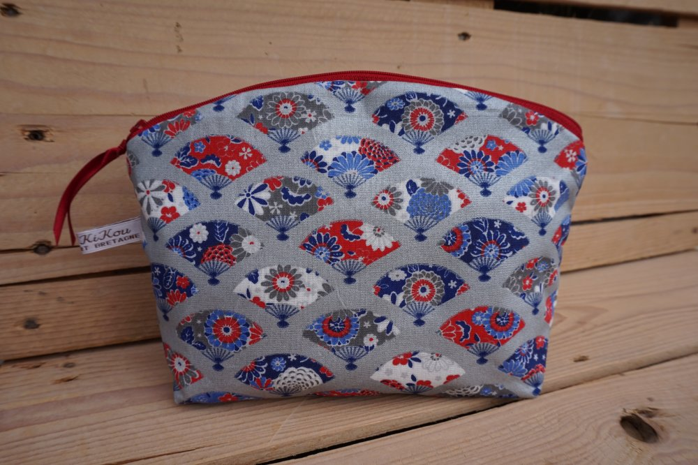 Trousse grand modèle, motifs éventails tons rouge/bleu/gris/blanc, zip 25 cm, doublée tissu enduit.