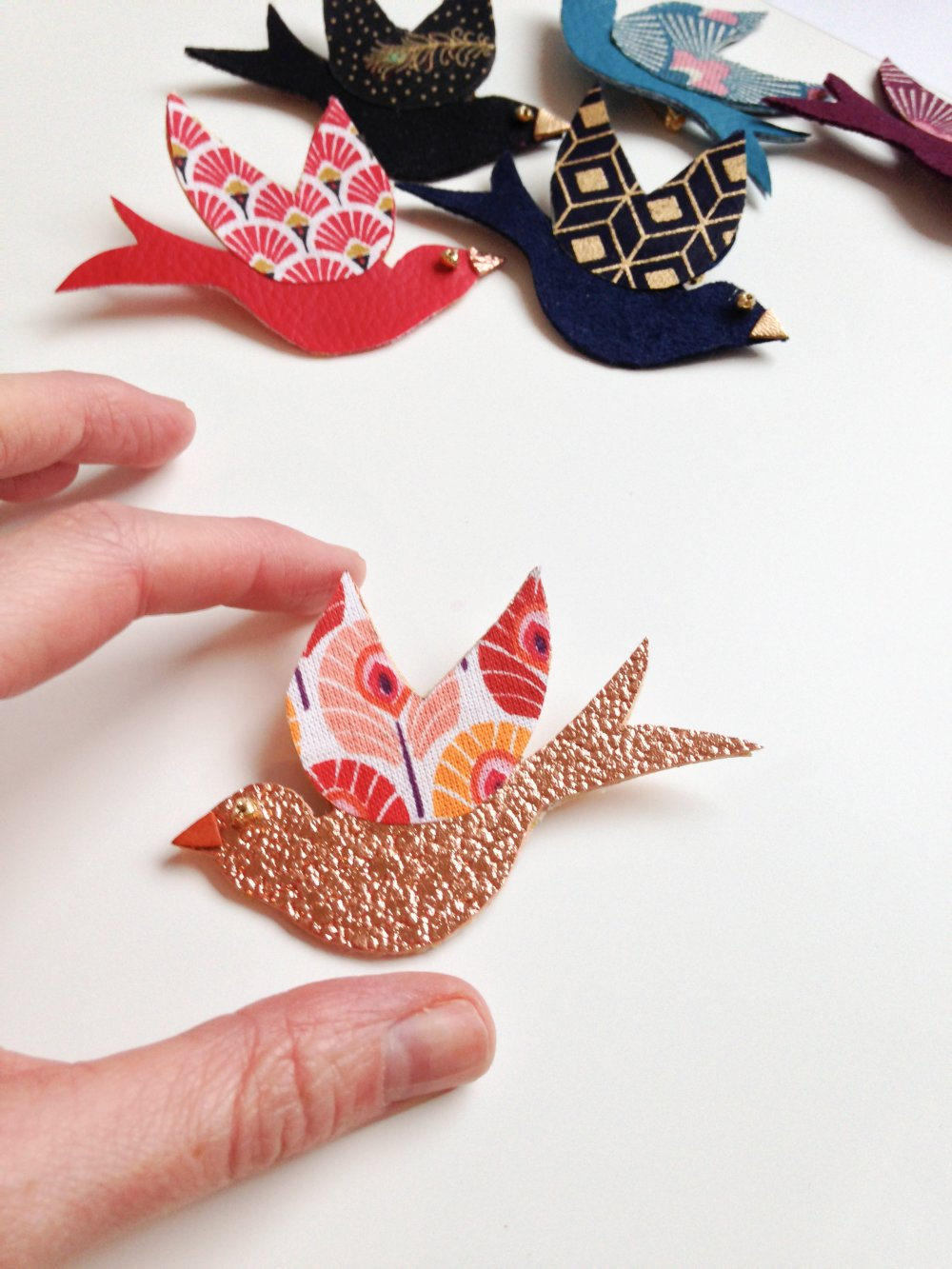 broche oiseau bleu suédine