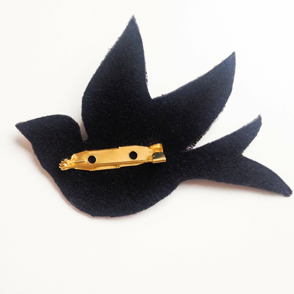 Broche oiseau en suédine noire