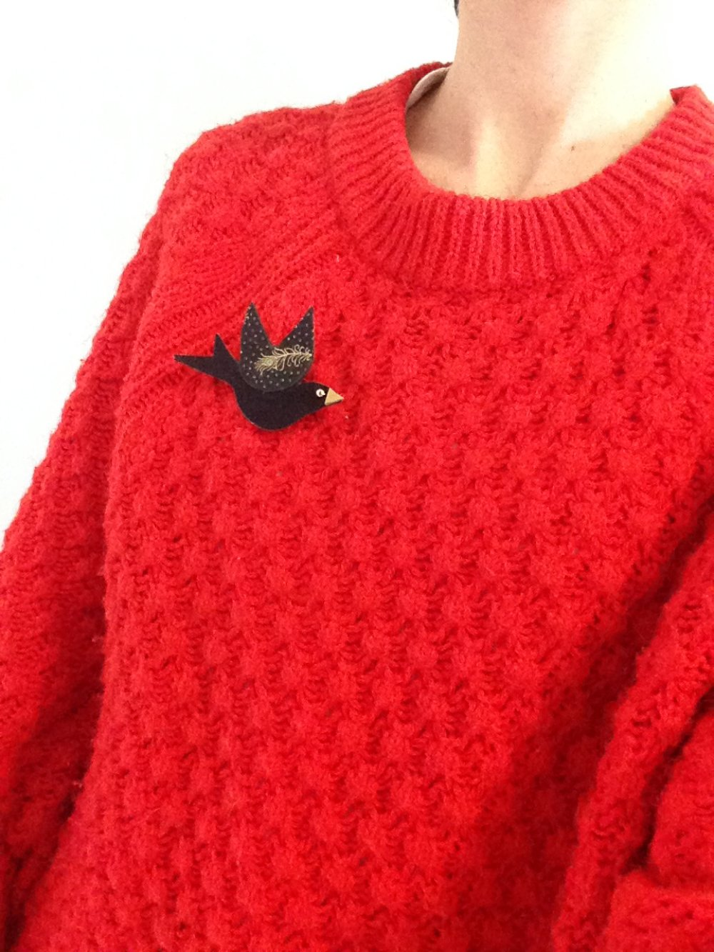 broche oiseau noire suédine