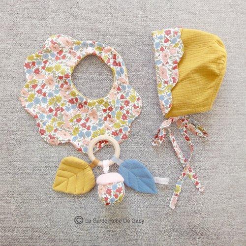 Coffret cadeau naissance bébé, hochet,bonnet et bavoir en tissu liberty et double gaze.