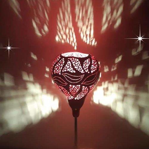 Lampe rouge artisanale en bois de gourde sur pied chromé.