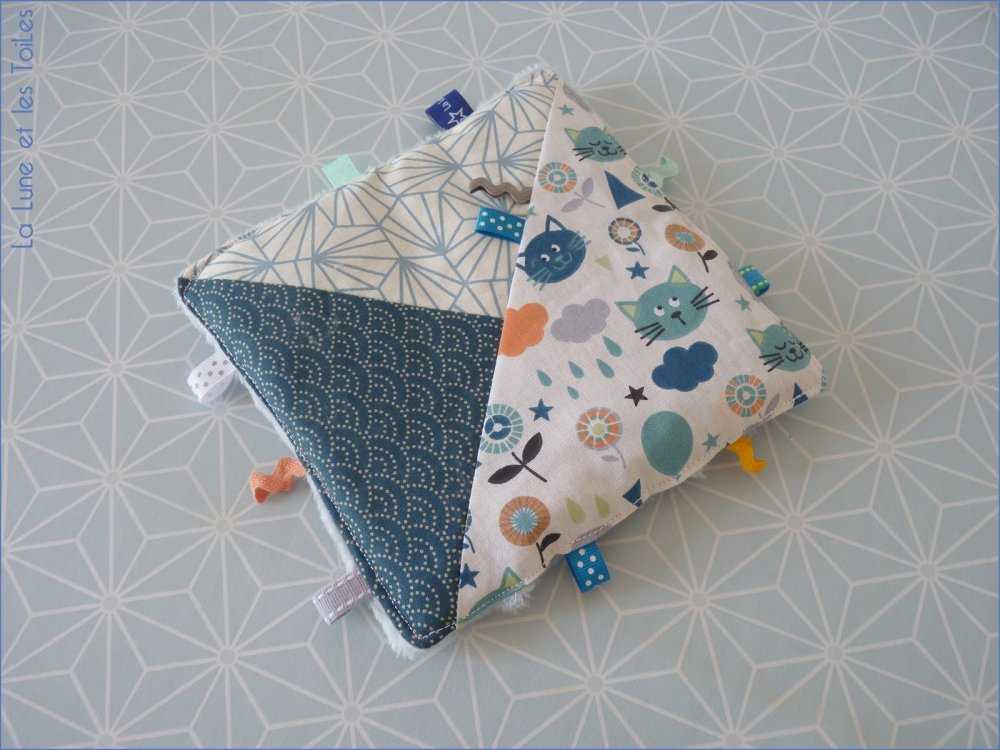 Doudou plat carré avec rubans, petit chat