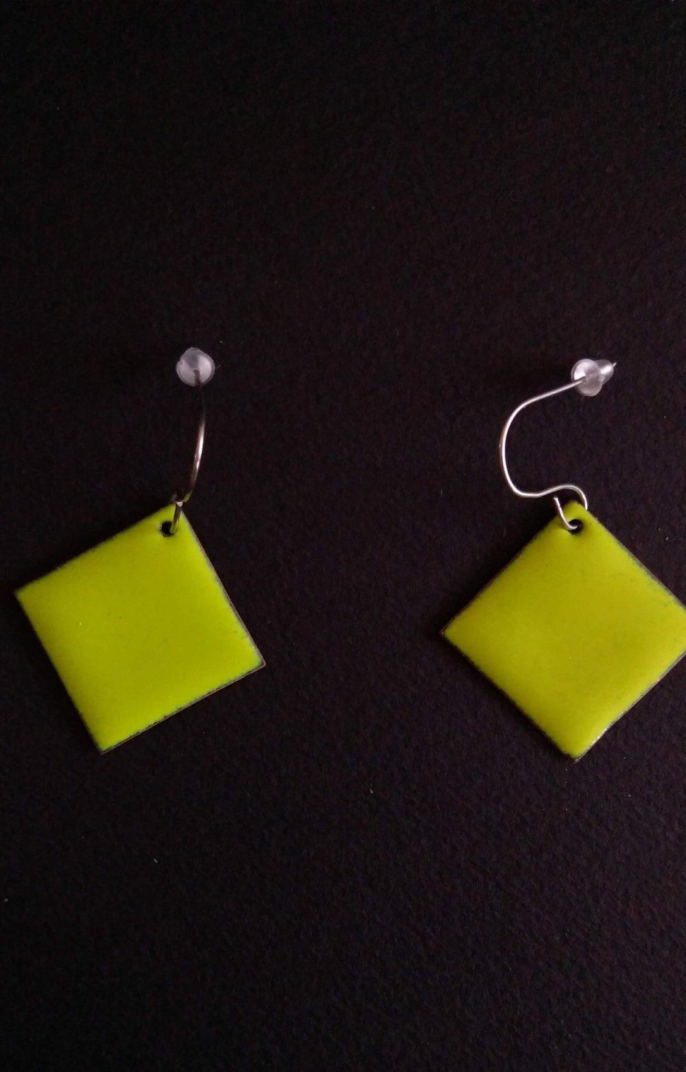 Boucles d'oreilles carré en émail vert clair
