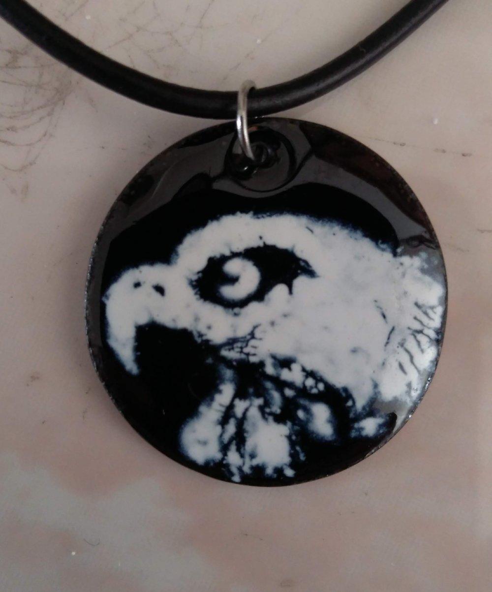 Collier avec pendentif tête d'aigle en émail