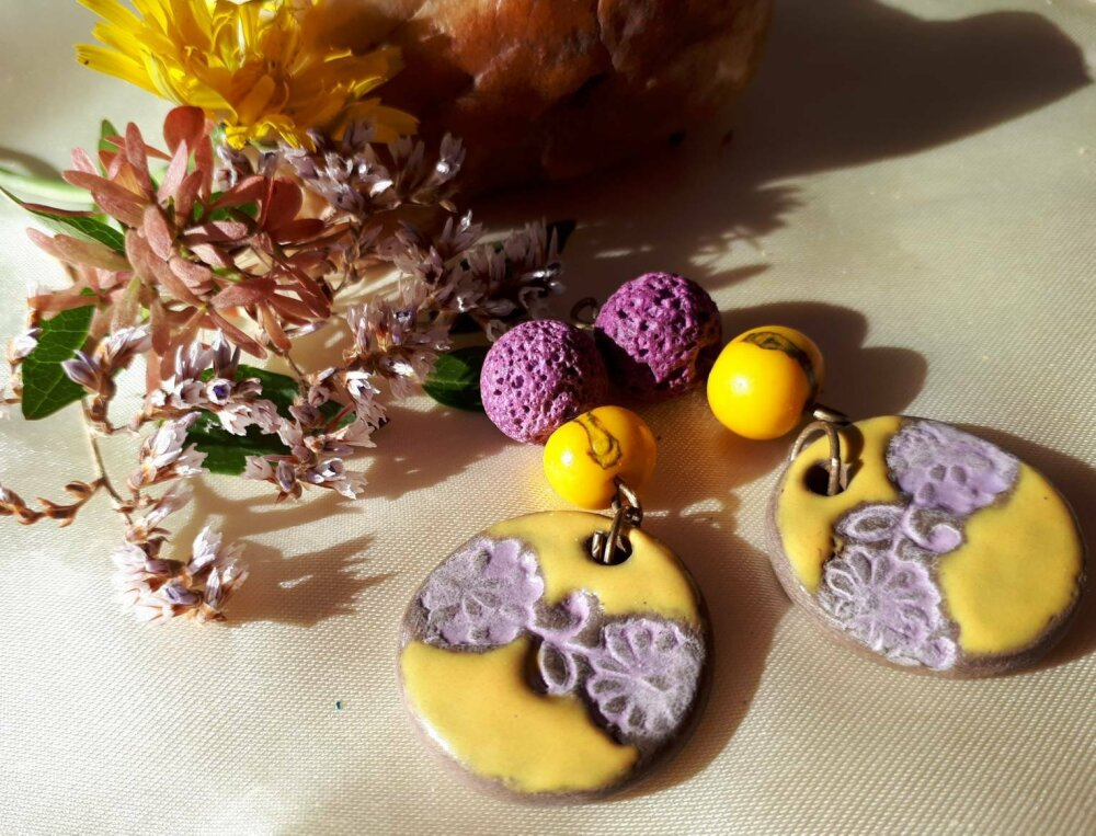 Boucles d'oreilles ethniques  breloque ronde en céramique artisanale mauve et jaune. Perle de lave mauve et graine d' açaî jaune