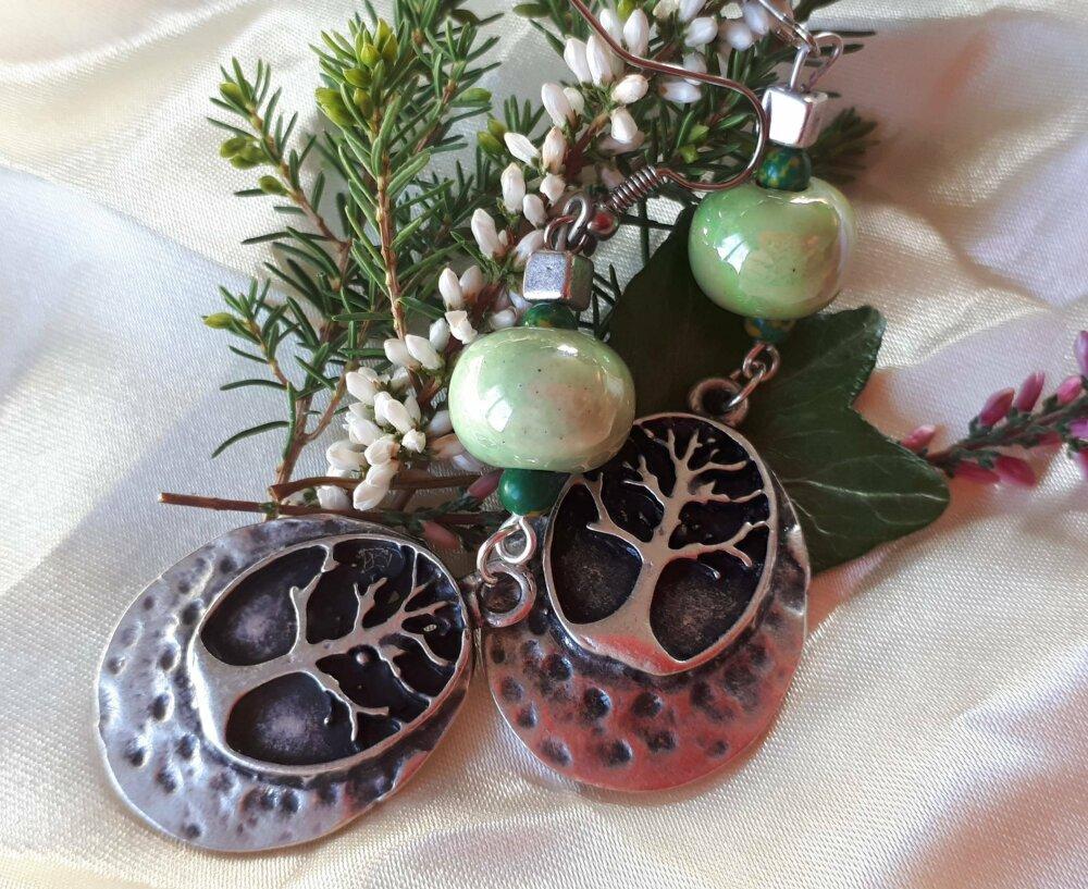 Boucles d'oreilles ethniques mystiques symboliques breloque arbre de vie en étain et perles vertes