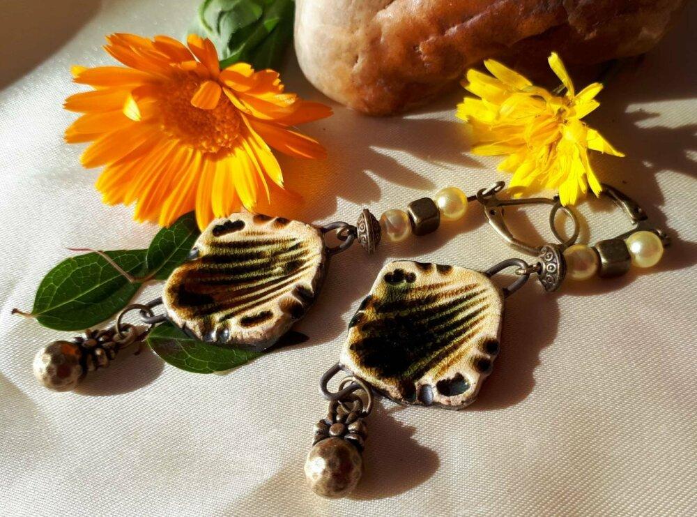 Boucles d'oreilles ethniques breloque artisanale céramique jaune et noire perles et breloque bronze