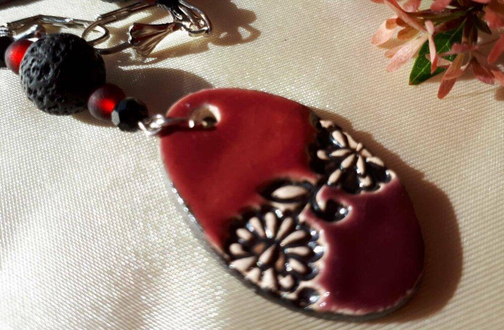 Boucles d'oreilles ethniques terra cotta rouge brique céramique artisanale et perles. Perle de lave noire