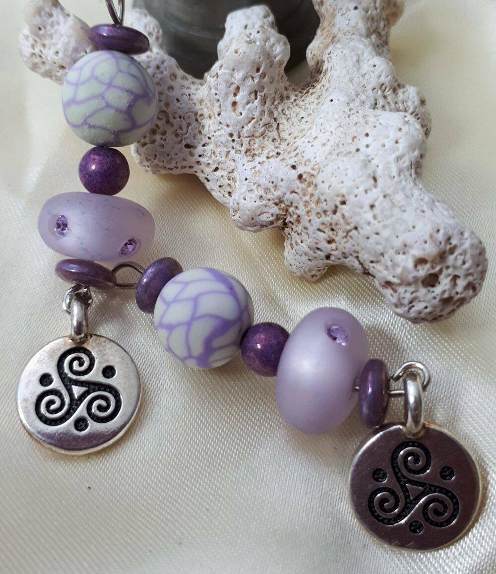 Boucles d'oreilles triskell  perles de verre mauves et argent
