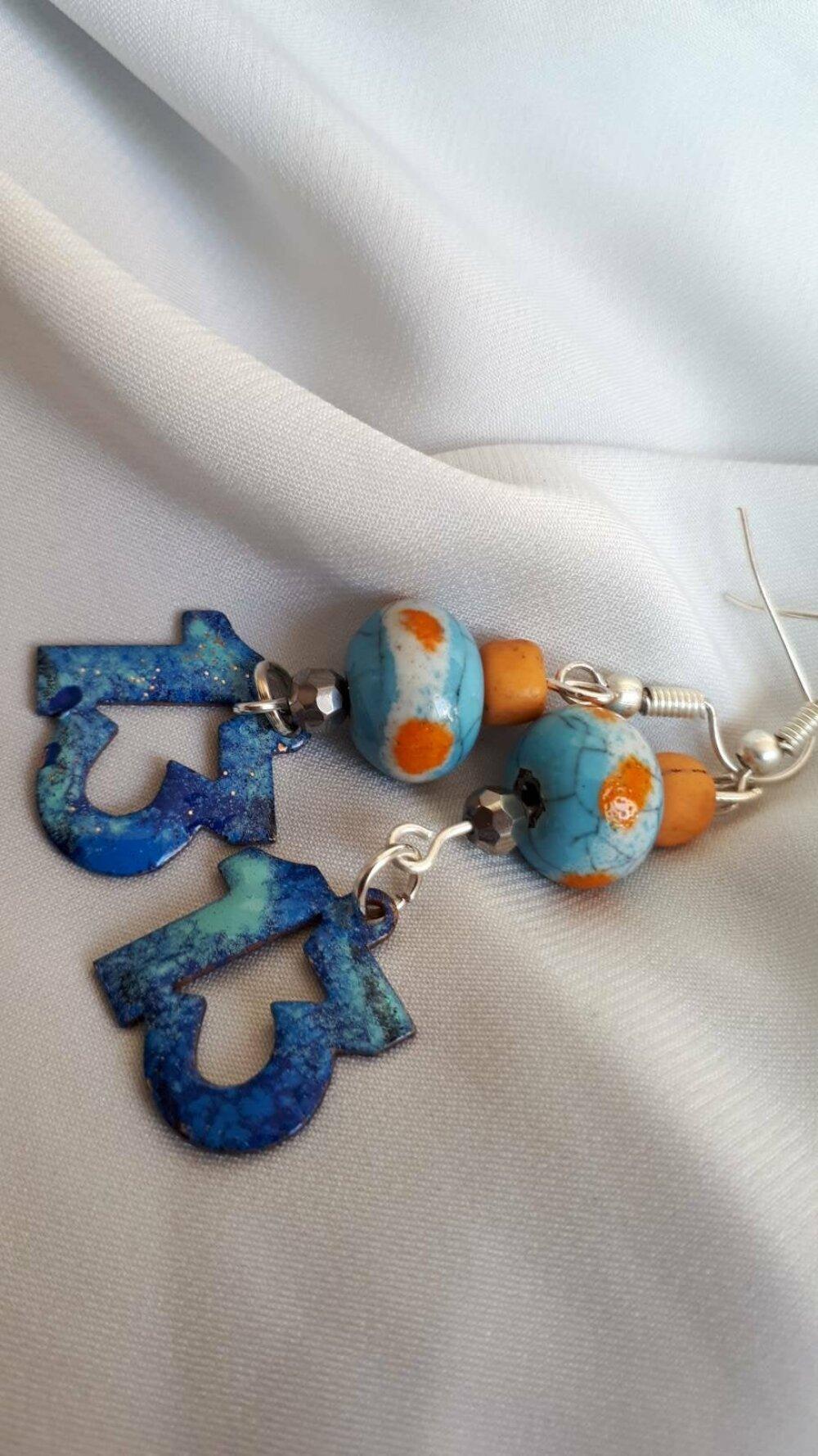 Ravissantes boucles d'oreilles estivales artisanales et rustiques. Bleu et ocre. email enameled copper charm. Terre cuite.