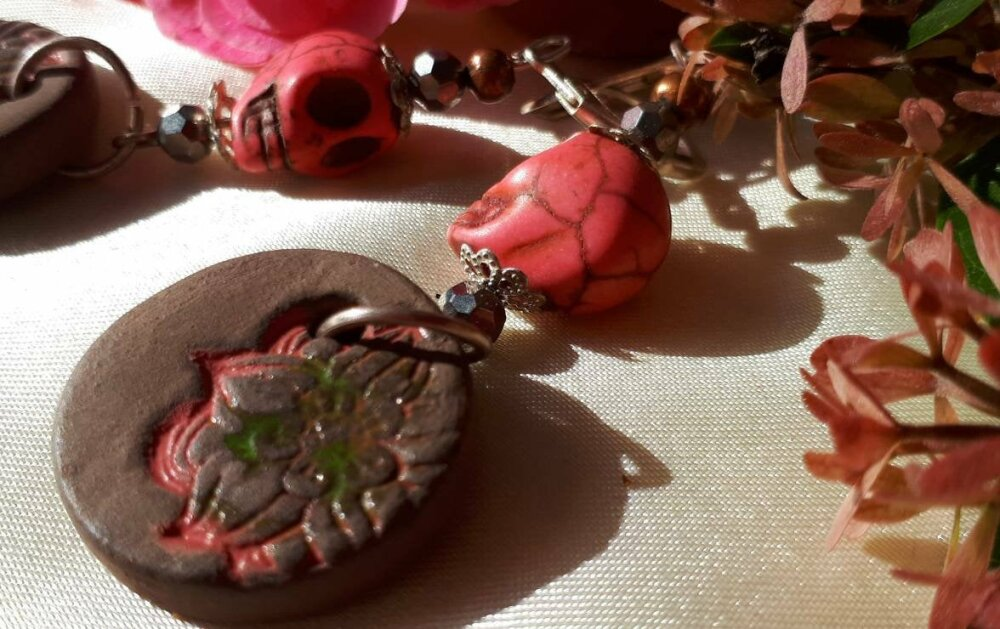 Boucles d'oreilles ethniques rustiques breloque céramique artisanale terre et rose perles  tête de mort rose cadeau
