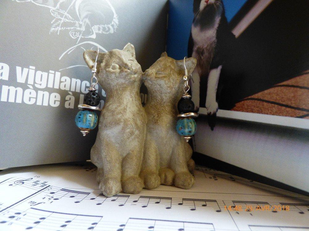 Boucles d'oreilles perles porcelaine bleue style antique et pierre de lave