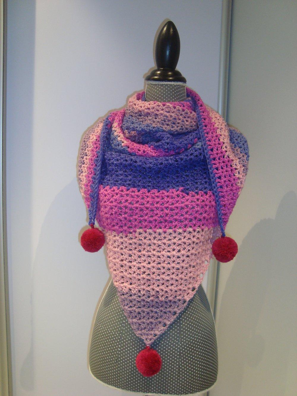 Grand châle violet et rose en laine finition 3 pompons