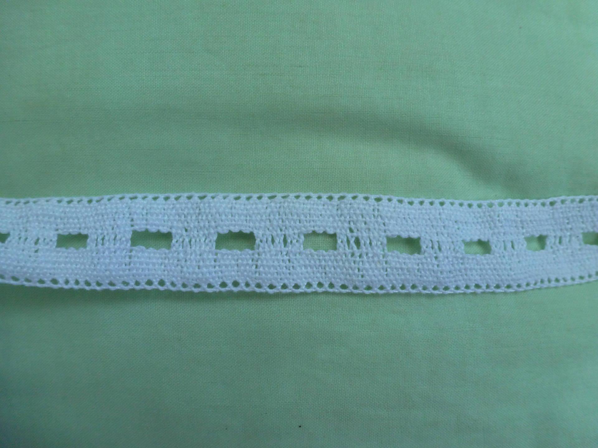 galon dentelle ou entre deux   ancien  blanc  vendu au metre largeur deux  centimetres
