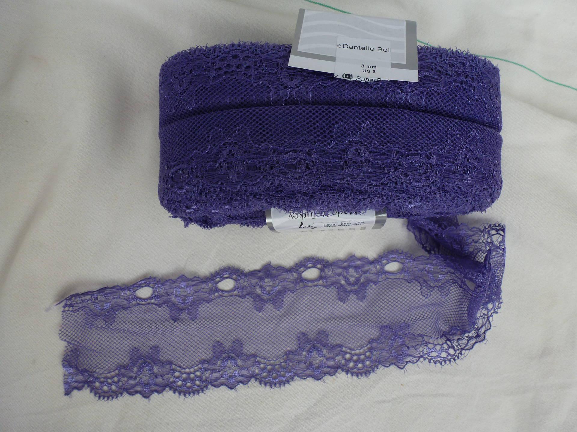 pelote de dentelle  belle violet clair  n°24927 à tricoter pour une superbe écharpe à volants , encolure ou déco couture