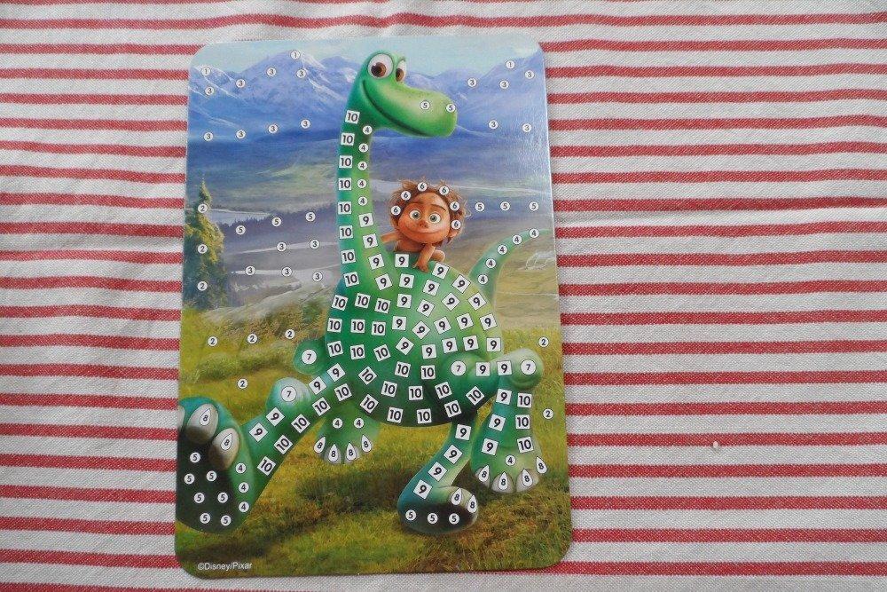 tableau dinosaure mosaïque, diamant painting thème dinosaure pré imprimé à compléter avec des gommette  en mousse autocollantes