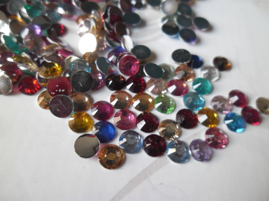 x 1 lot de +/-2000 strass à facettes multicolore à coller 5 mm