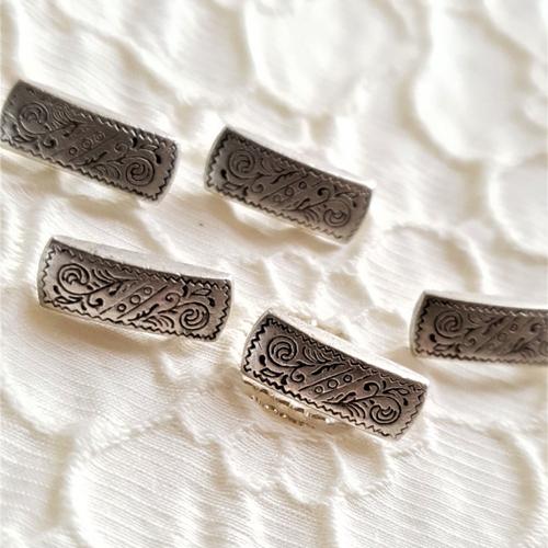 Bouton rectangle argenté gravé de motifs médiévaux