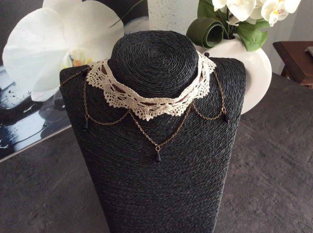 Collier ras de cou dentelle avec ses perles gouttes d'eau