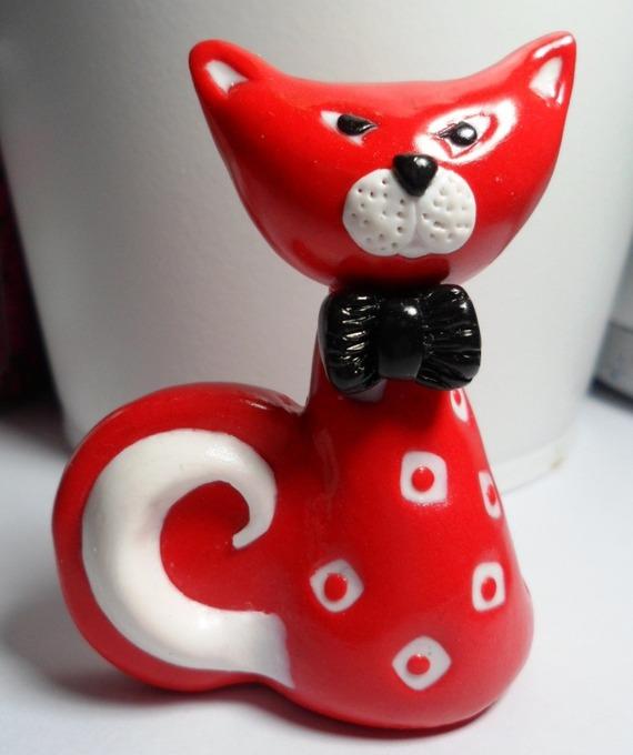 Bibelot chat stylisé rouge à poser pour les collectionneurs