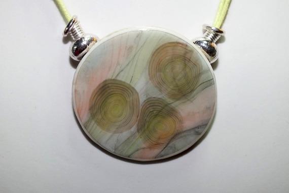 Collier avec pendentif aux motifs diffus imitant le marbre rose