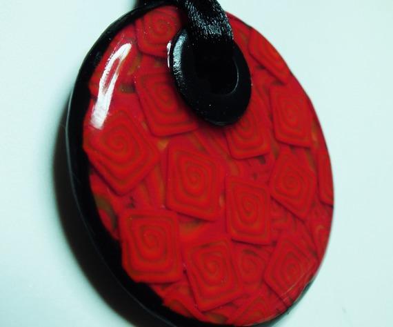 Collier avec des motifs carrés avec spirales en suspension